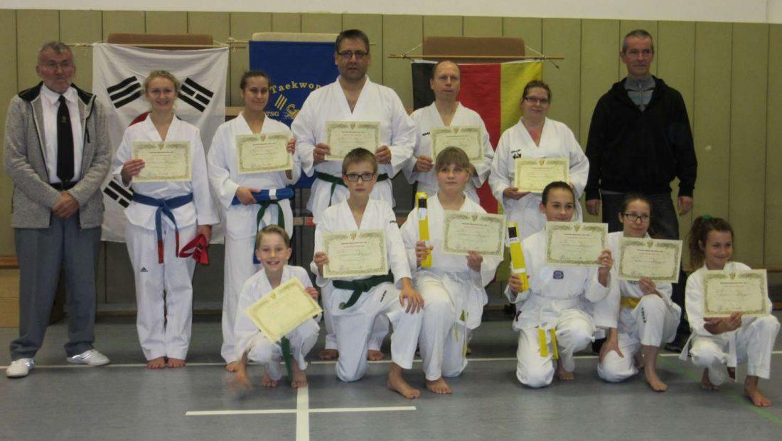 Glückliche Taekwondo-Scorpions der TSG Irlich nach ihrer erfolgreichen Gürtelprüfung.