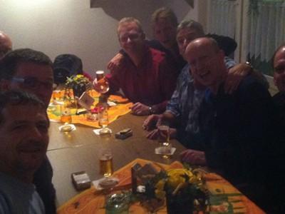 Zum Abschluss der Herbstwanderung der Ü50 verwöhnte unser Vereinswirt Walter die junggebliebenen Fußballer mit leckerem Spiesbraten und Salaten.