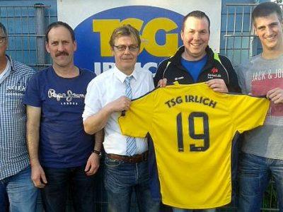 Die TSG Irlich präsentiert ihren neuen Trainer ab der Saison 2016/17: Michael Schneider. V. l. n. r.: 2. Vorsitzender Frank Driesch, Co-Trainer Gerd Küpper-Sasse, Trainer Michael Schneider, Abteilungsleiter Torsten Schug und Spieler Marcel Juhr.