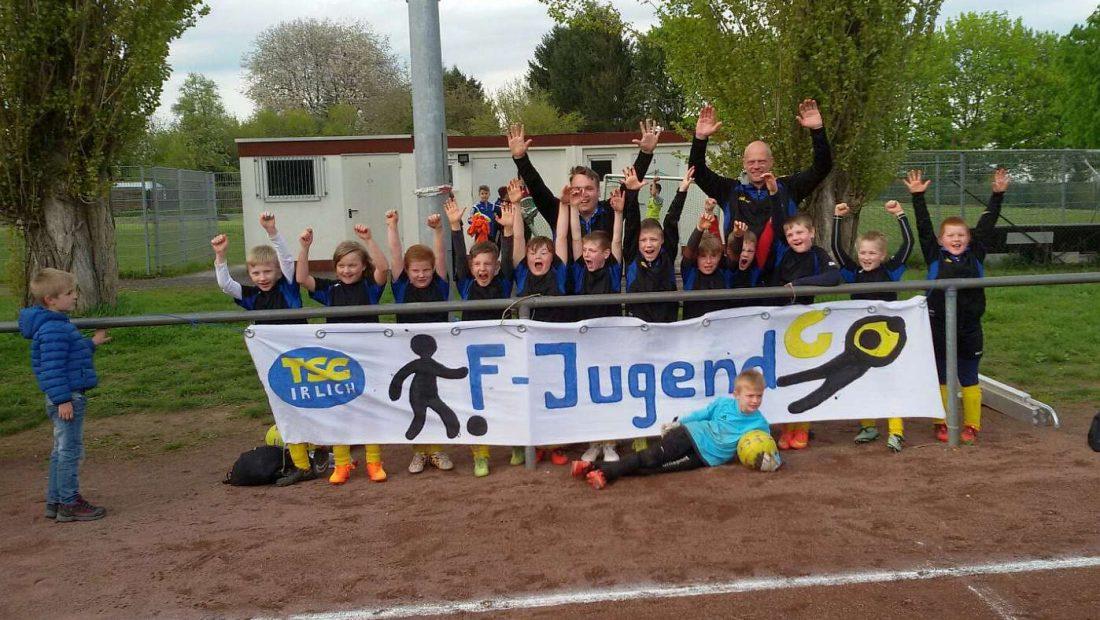 Die Kids aus der F-Jugen der TSG Irlich in Jubelpose.
