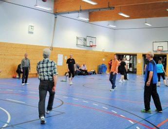 Die Spieler beim Prellballtraining während des Wo+Men-Power-Day des TV Gladbach als bunt gemischte Truppe