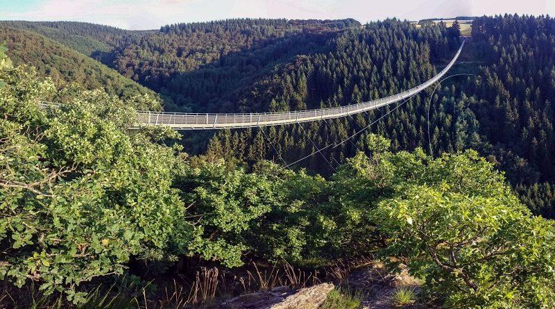Wandergruppe begibt sich zur Hängeseilbrücke Geierlay