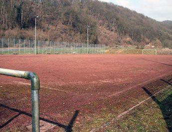 Der Sportplatz in Bad Hönningen ist in die Jahre gekommen. Jetzt soll er erneuert werden. Foto: san (www.rhein-zeitung.de)