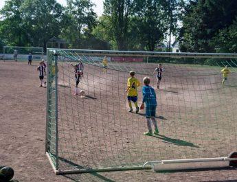 Die E-Jugend der TSG Irlich beim Spiel gegen den FV Rheinbrohl.