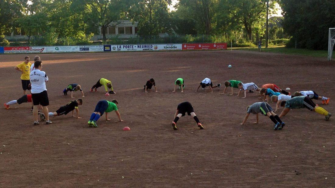 Die Spieler der E-Jugend der TSG Irlich wollen hoch hinaus. Ohne Training geht das jedoch nicht.