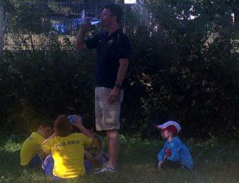 Verdiente Pause für unsere F-Jugend-Spieler und ihrem Trainer Christian Krechel.