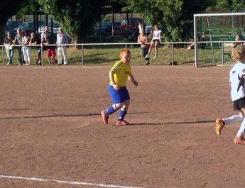 Die F-Jugend-Kicker sind mit vollem Einsatz dabei. Wie hier beim 12:1-Erfolg gegen die JSG Rengsdorf II.
