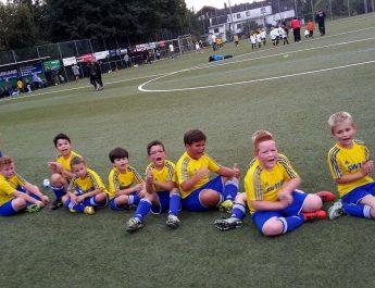 Die F-Jugend während des obligatorischen Achtmeterschießens nach Spielende.