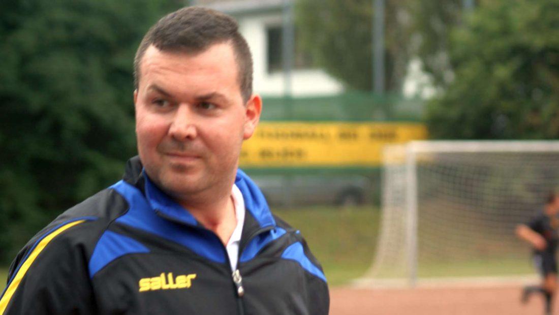 Strenger Blick von Torsten Schug, dem Trainer der zweiten Mannschaft der TSG Irlich.