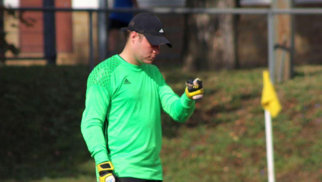 Ob er einen Schmetterling gefangen hat? Goalie Timo Engemann nutzt die guten Leistungen seiner Vorderleute der TSG Irlich.