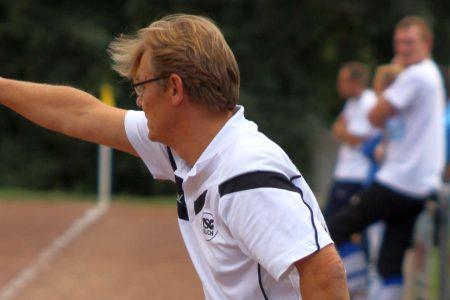 Trainer Michael Schneider voll in seinem Element. Bei jeder möglichen Situation versucht der Coach seine TSG Irlich zu verbessern.