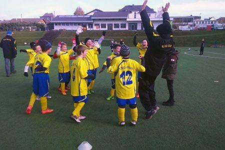 Die E-Jugend der TSG Irlich feiert voller Stolz seine Herbstmeisterschaft.
