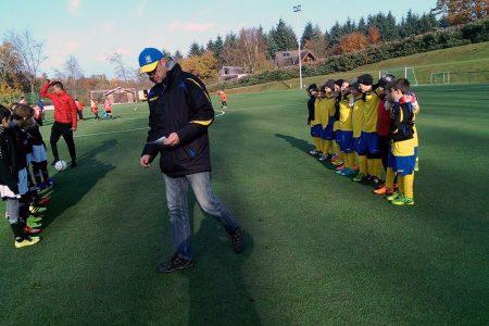 Die E-Jugenden der JSG Ellingen III und der TSG Irlich stimmen sich auf das abschließende Spiel im Jahr 2016 ein.