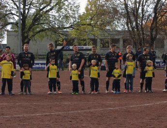 Die TSG Irlich lief mit einigen Kids der Jugendmannschaften ein.
