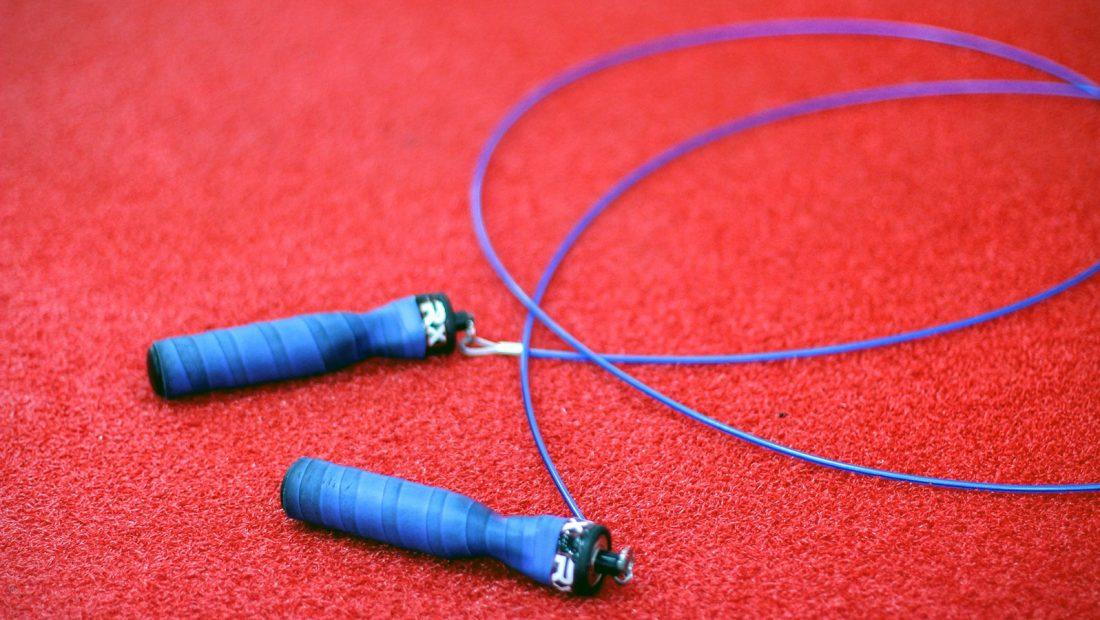 """Die wörtliche Übersetzung des Begriffes """"Rope Skipping"""" bedeutet nach dem Wörterbuch nichts anderes als Seilspringen."""