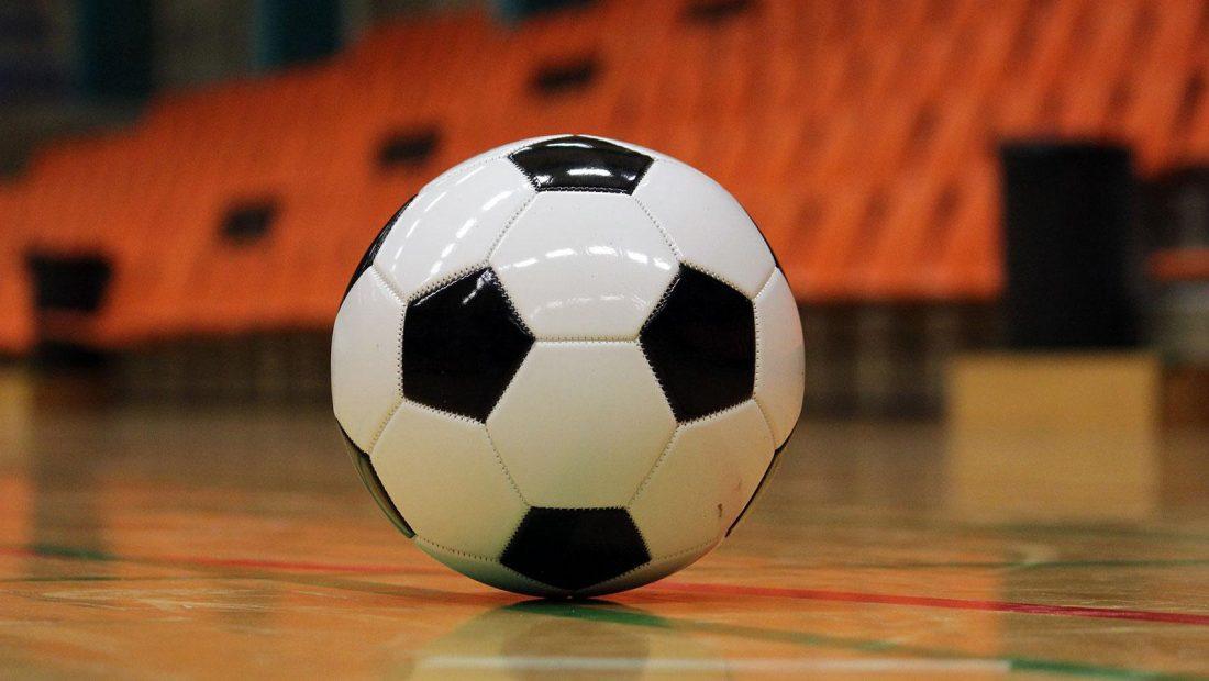 Der Ball rollt auch in der Halle. Gerade die Jungen wilden lieben den Kick auf dem kleinen Feld.