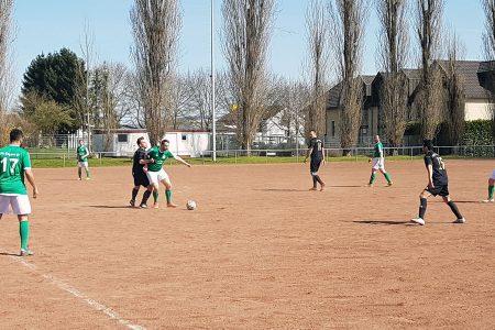Viele harte, dennoch faire Zweikämpfe bei bestem Fußballwetter. Die Partie zwischen den Reserveteams der TSG Irlich und vom FV Engers endete ohne Sieger.