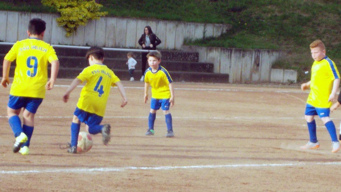 Auch die F-Jugend startet wieder draußen auf dem Feld. Gegen einen sehr starken SSV Heimbach-Weis musste sie sich jedoch leider geschlagen geben.