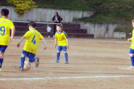 Auch die F-Jugend startet wieder draußen auf dem Feld. Gegen einen sehr starken SSV Heimbach-Weis mussten sie sich jedoch leider geschlagen geben.