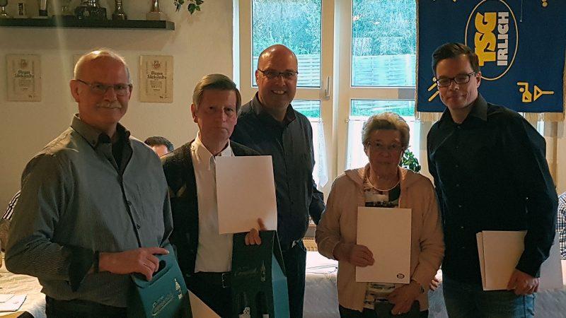 Für 25-jährige Mitgliedschaft wurden vom Vorsitzenden Markus Josten (3. v. r.) und Alex Hof (rechts) geehrt: Bernd Fischer, Hans-Erich Mertes und Luise Skiba (v.l.n.r.).
