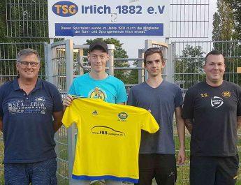 Mit Sven Lindner (2.v.l) vom SV Rengsdorf und Michael Meenen (2.v.r) vom VfL Niederbieber wechselt zwei junge und talentierte Spieler zur TSG Irlich. Frank Driesch (2. Vorsitzender - li) und Torsten Schug (Leitung Fußball) freuen sich über den neuen, jungen Wind im Verein.