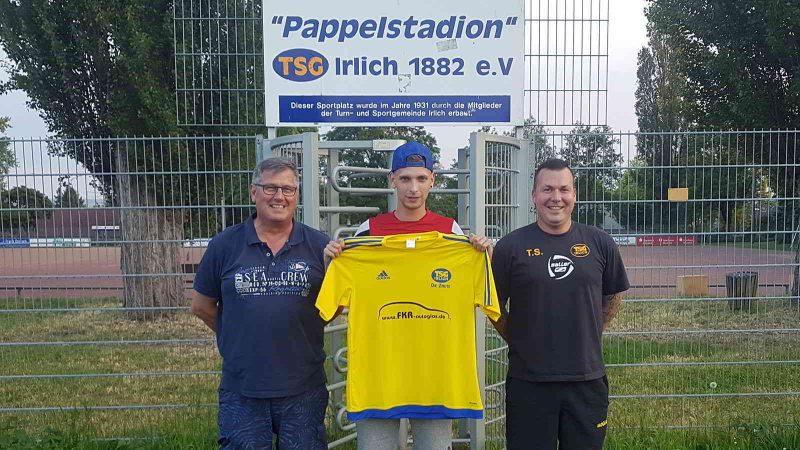 Von der SG Melsbach aus der Kreisliga B wechselt Chadwick Roth (Mitte) zur gelb-blauen TSG. Zufrieden über die Verstärkung zeigen sich der 2. Vorsitzende Frank Driesch (li) und Abteilungsleiter Torsten Schug über die Verstärkung.