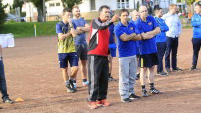 Manfred Rehbein, Stützpunkttrainer vom DFB, erklärt den aufmerksamen Teilnehmern das Verhalten beim Coaching.