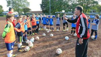 Aufmerksam folgen die D-Jugendlichen den Ausführungen der DFB-Trainer.