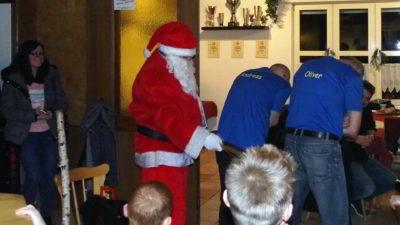 Ganz so zufrieden schien der Nikolaus mit den E-Jugend-Trainern nicht unbedingt zu sein.
