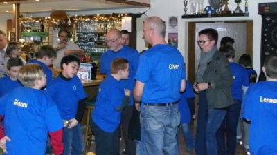 Die Kinder der E-Jugend zeigen stolz ihre neuen, individuelle T-Shirts der TSG Irlich.