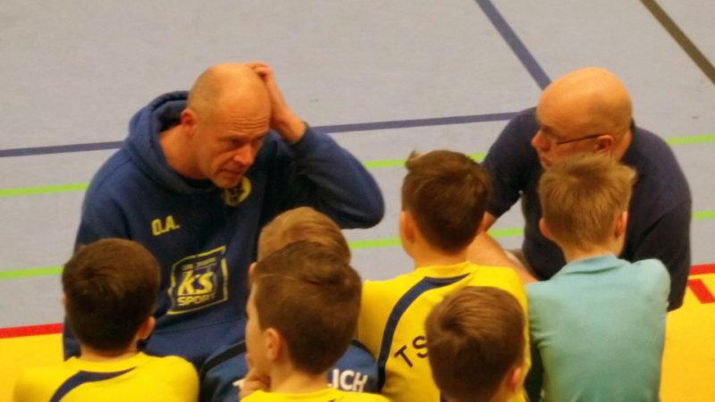 Das Trainerduo musste in Runde drei der Hallenkreismeisterschaft ihre Mannschaft zwischenzeitlich auch immer wieder aufbauen.
