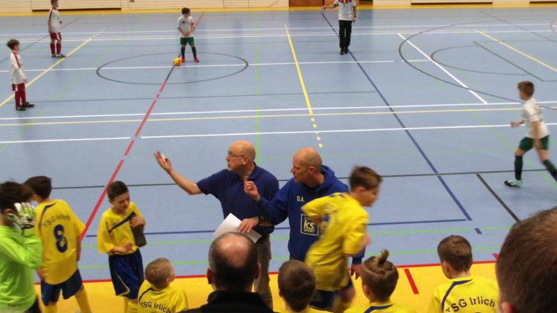 Reges Treiben der beiden Irlicher E-Jugend-Trainer. Links Andreas Eidt und rechts Oliver Armbrecht.