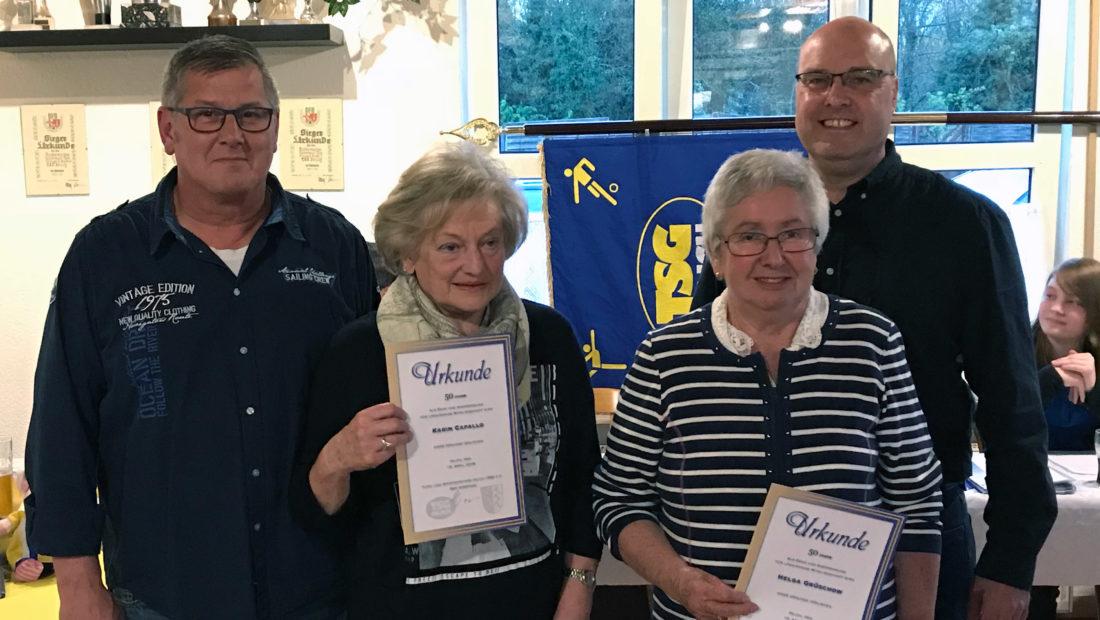 Karin Cappallo und Helga Grüschow durften ihr Präsent für 50 Jahre Mitgliedschaft entgegen nehmen.