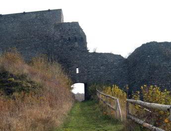 Der Aufstieg zur Burgruine der Virneburg. Bild: de.wikipedia.org/wiki/Virneburg