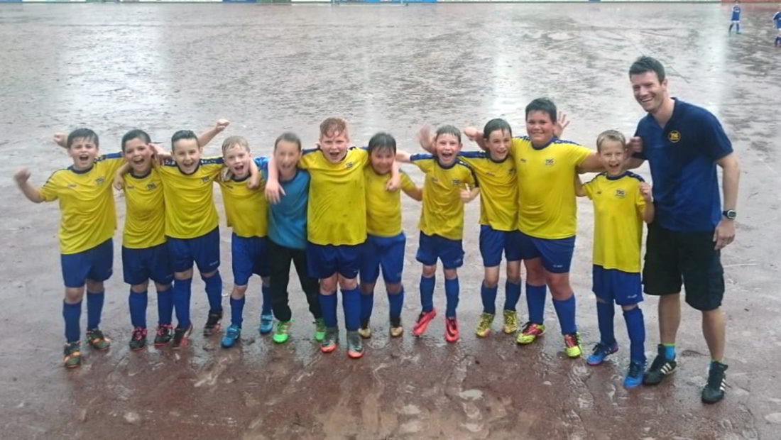 Auch im Regen hat die F-Jugend ihren Spaß. Hier beim Erfolg über den SSV Heimbach-Weis zum Saisonende.