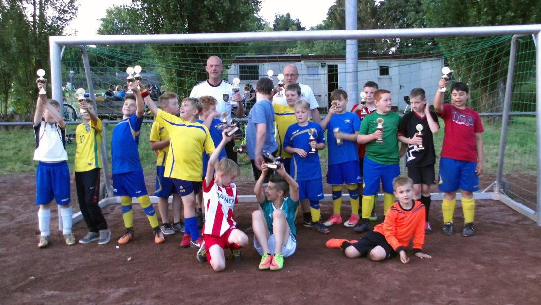 Die Kids aus der E-Jugend beim Abschiedsfest von Oliver Armbrecht, der die Jugendarbeit bei der TSG Irlich, zugunsten privater und beruflicher Interessen, aufgeben muss. Nicht nur die Jugendfußballer erhielten einen Pokal, denn nur alle zusammen sind Gewinner.