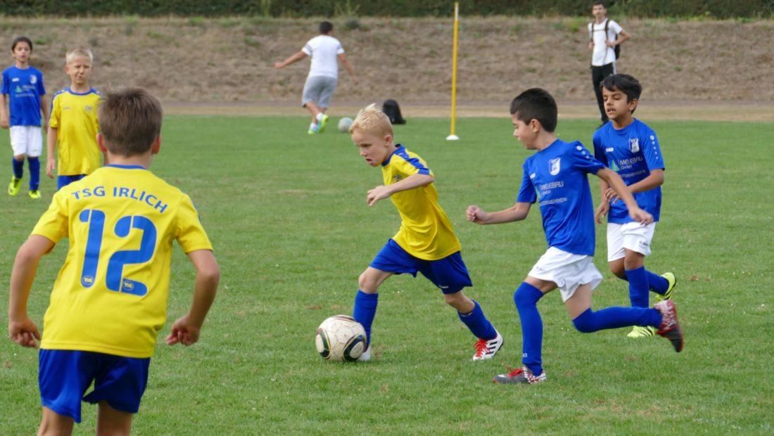 Die F-Junioren mit vollem Einsatz im Spiel bei dem VfL Neuwied.