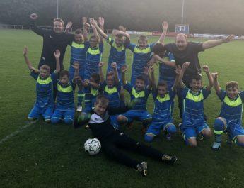 In Siegerpose sieht jeder seine Mannschaft am liebsten. So wie auch hier die D2-Jugend der JSG Wied/Irlich.
