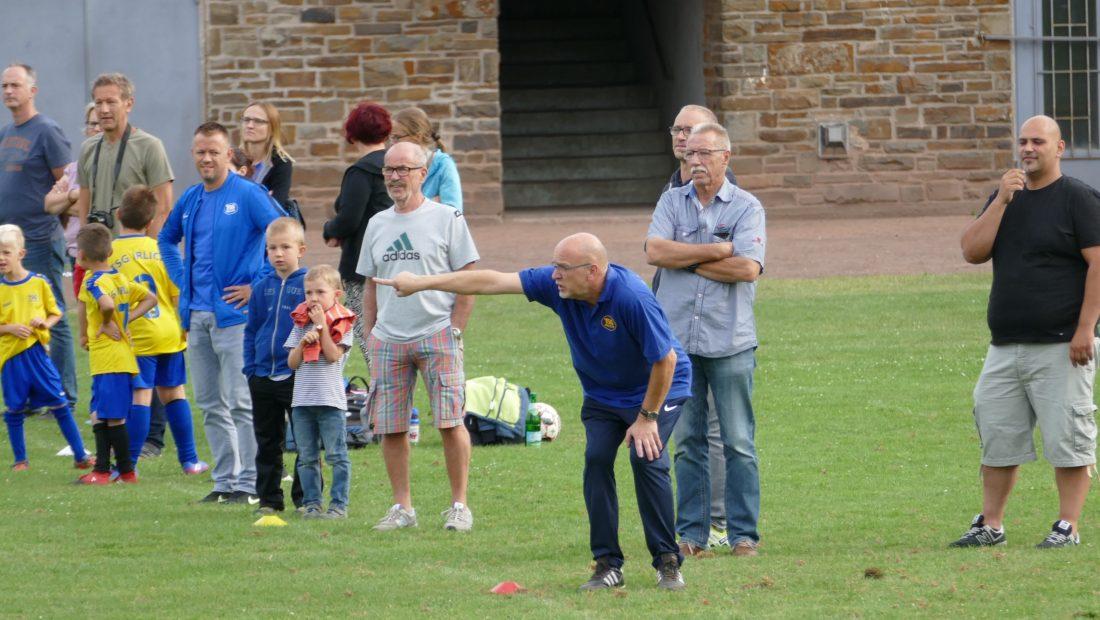 Andreas Eidt, der Trainer der F-Jugend, voll in seinen Element.