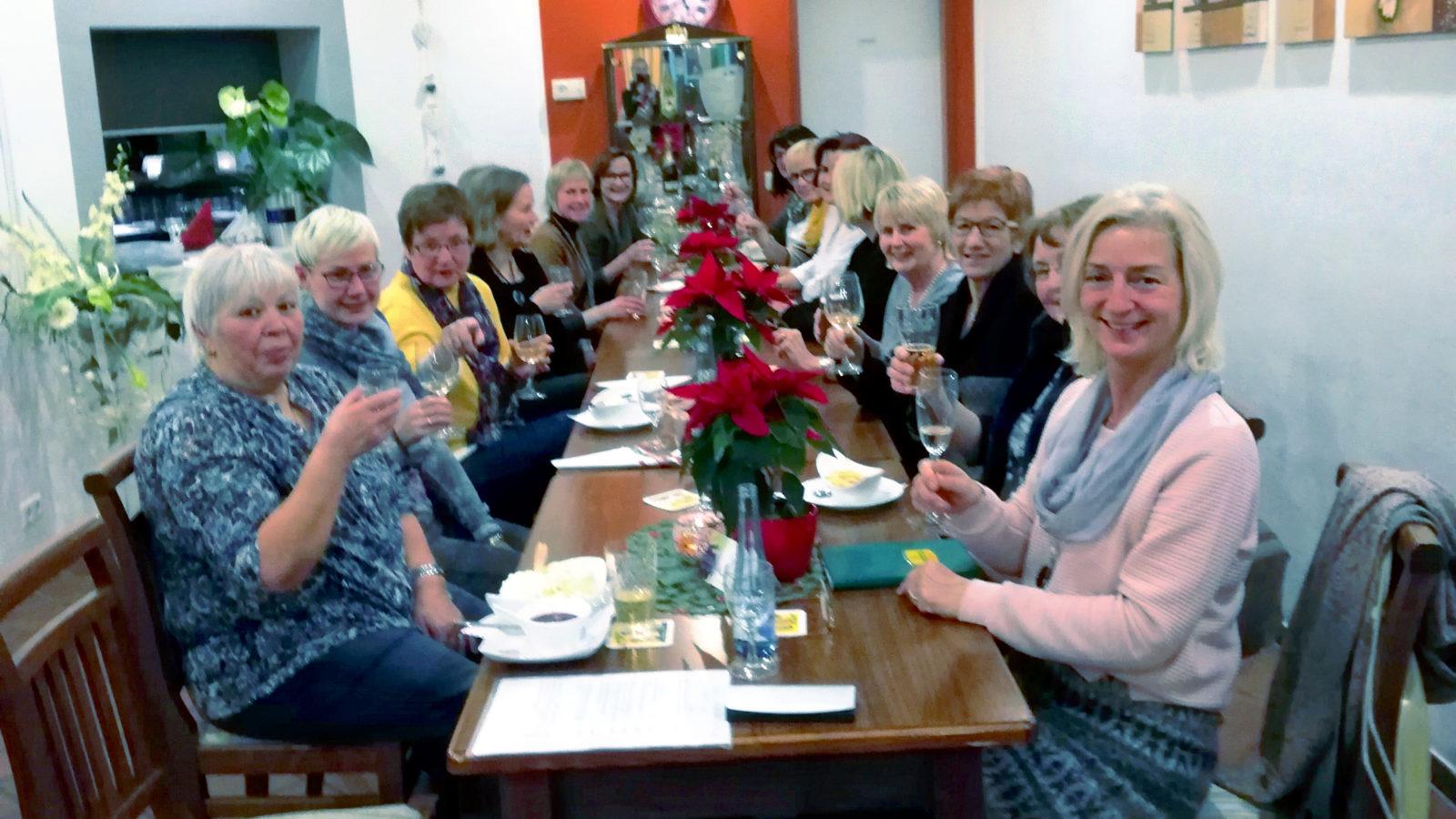 Die Pilates-Gruppe der TSG Irlich bei ihrer Weihnachtsfeier 2018.