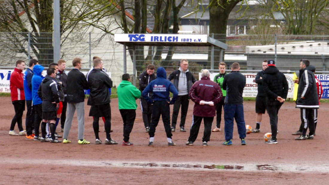 24 fußballbegeisterte Trainer und Betreuer nutzten das Angebot vom FV Rheinland die Basiswissen-Ausbildung auf dem Vereinsgelände der TSG Irlich mitzumachen.
