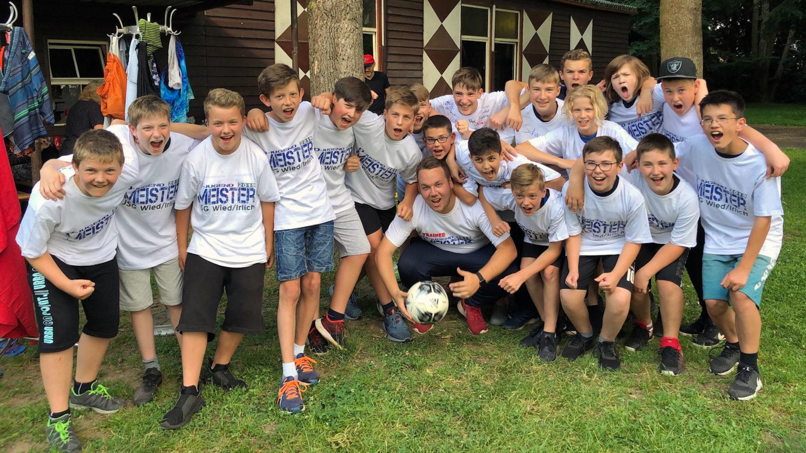 Die Meistermannschaft der JSG Wied/Irlich feierte ihren Triumpf ausgiebig und gelassen.