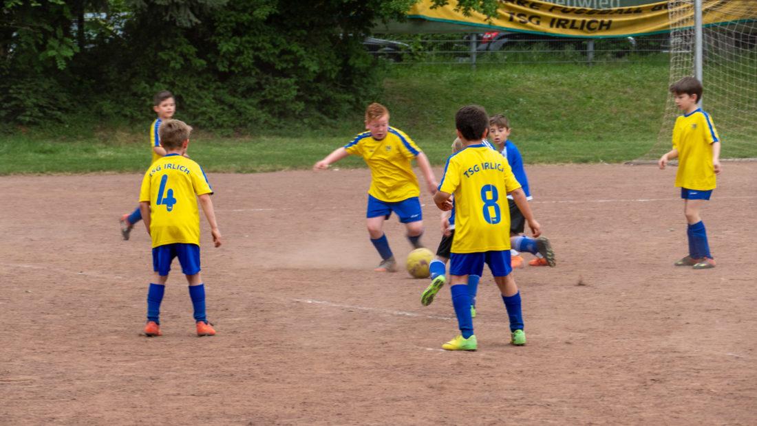 Die E-Jugendlichen der TSG Irlich in Aktion. Das freut auch Trainer Christian Krechel.