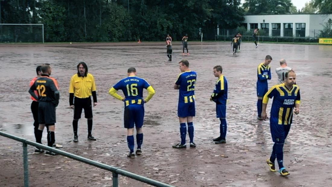 """Die Beteiligten vom Spiel TSG Irlich - FV Block bereiten sich auf die kommende """"Schlammschlacht"""" vor."""