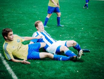 Voller Einsatz im Spitzenspiel der Kreisliga D. Am Ende behielt der VfL Wied Niederbieber (blau-wießes Trikot) gegen die TSG Irlich die Oberhand. Bild: MF-Fotografie