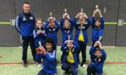 Die F-Jugend zeigt stolz ihre Trophäen nach ihrem Erfolg beim EVM-Cup.