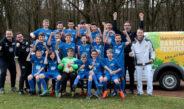 Die C-Jugend präsentiert sich stolz in den neuen Trikots, die von Malermeister Daniel Feichter (ganz rechts) gesponsert wurden.