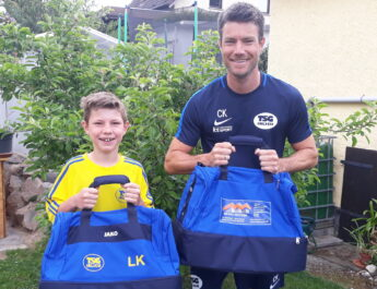 Lukas und Christian Krechel präsentieren stolz die neuen Taschen der E-Jugend.