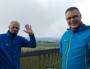 Wanderwart Sebastian Schmidt (rechts) mit Fußball-Jugendtrainer Oliver Armbrecht